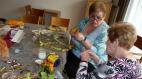 Die Bastelgruppe des Hauses der Generationen startet in den Frühling mit dem Binden eines Weidenkranzes für die Wohnungstür